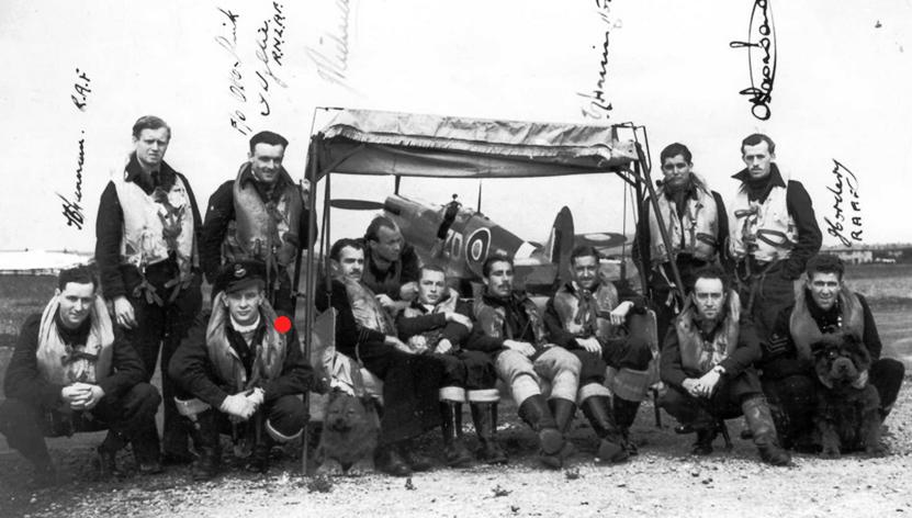 Hornchurch-léto-1943.-Piloti-222.-stíhací-peruti-v-pozadí-jeden-z-jejích-Spitfirů-F.Mk_.IXC_.-Otto-Smik-v-podřepu-2.-zleva