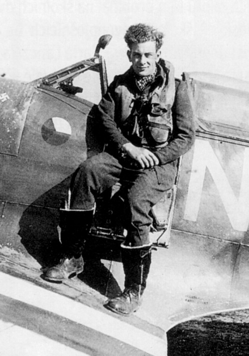 Letiště-Appledram-1944.-Otto-Smik-jako-pilot-310.-čs.-stíhací-peruti-za-invaze-ve-svém-Spitfiru-LF.Mk_.IXC-MJ291-NN-N-1