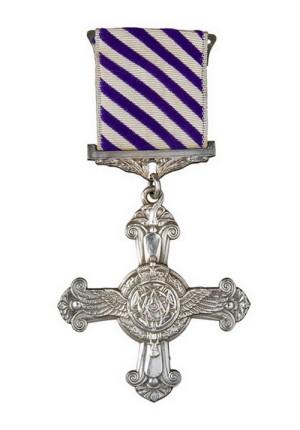 britský-Záslužný-letecký-kříž-DFC.-Udělení-bylo-schváleno-v-říjnu-1943-Smikova-dekorace-proběhla-v-lednu-1944-300x430