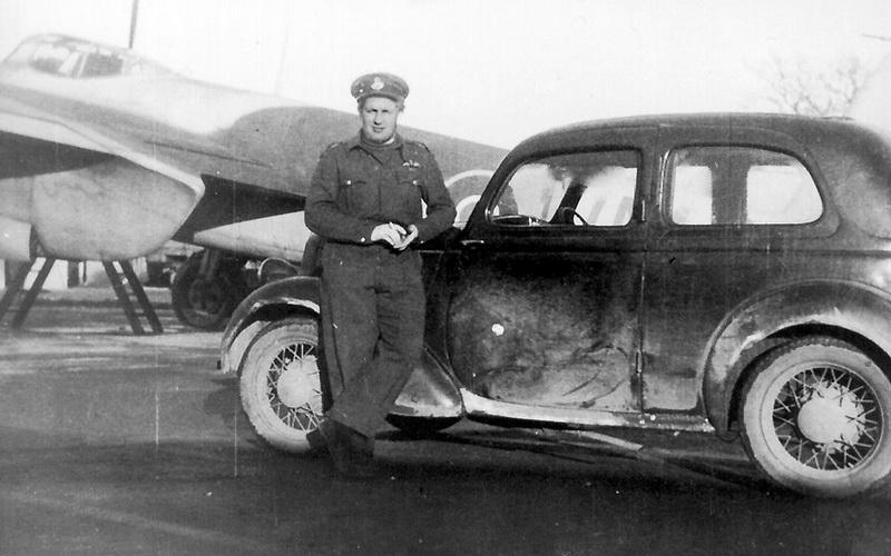 Eso-68.-peruti-por.-Miloslav-Mansfeld-vzadu-za-ním-jeho-Mosquito-NF.Mk_.XIX_